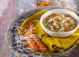 Sopa oriental de frango e legumes