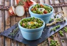 Tacinha de ervilhas com ovos escalfados