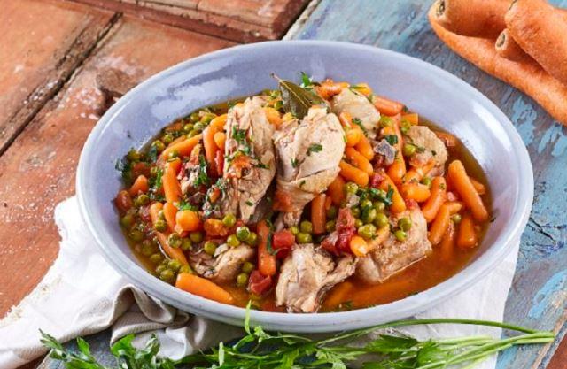 frango guisado com ervilhas e cenouras
