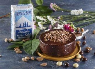 Bolo-de-amendoas-com-cobertura-de-chocolate