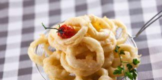 aros de cebola frita com molho de tomate