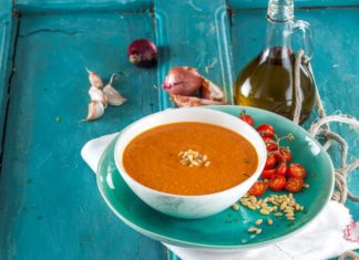 sopa de tomate e pinhoes