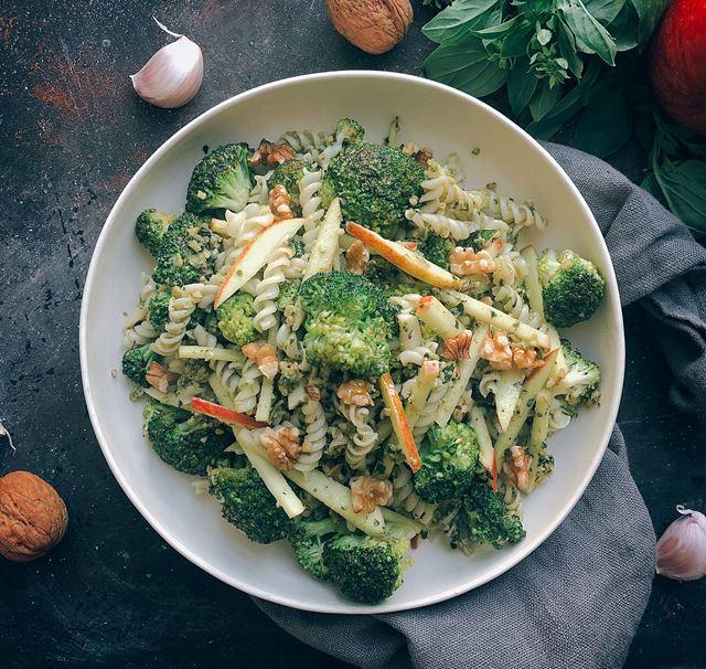 Salada de massa com brócolos maçã e nozes