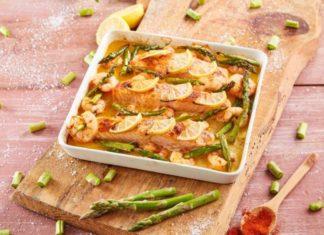 tabuleiro de salmão camarão e espargos