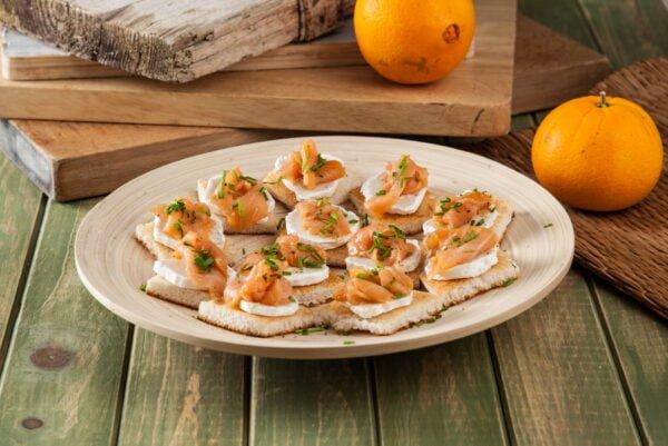 Tostinhas de queijo de cabra e salmão marinado -@Teleculinaria