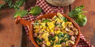 Ovos mexidos com salsichas e espinafres - @TeleCulinária