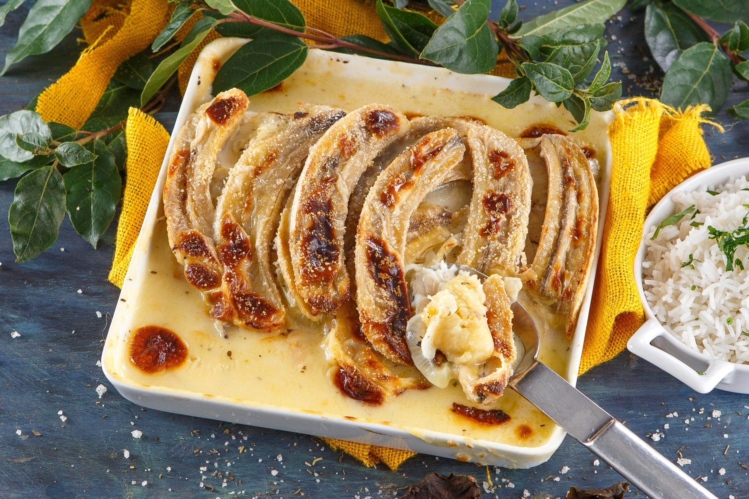 Filetes de peixe com banana no forno