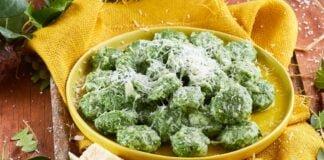 Gnudi de queijo ricota e espinafres