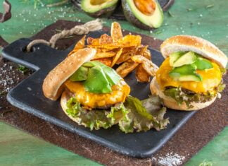 Hambúrguer americano com chips de casca de batata