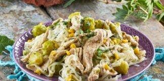Noodles com peru e couves-de-bruxelas