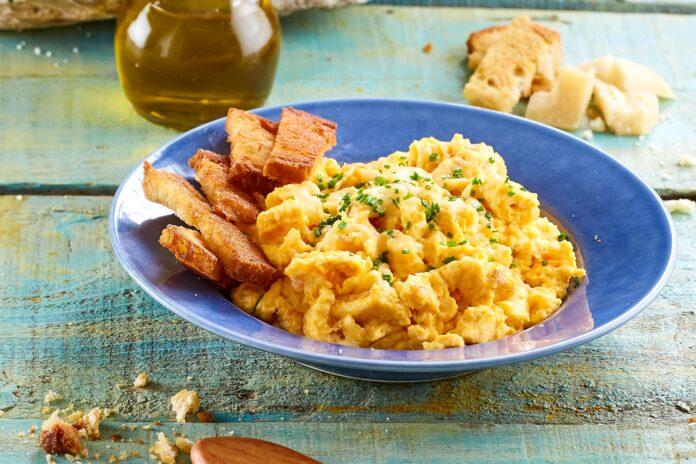 Ovos mexidos com queijo e pão d´alho torrado