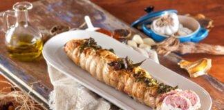 Rolo de peru com salsichas frescas