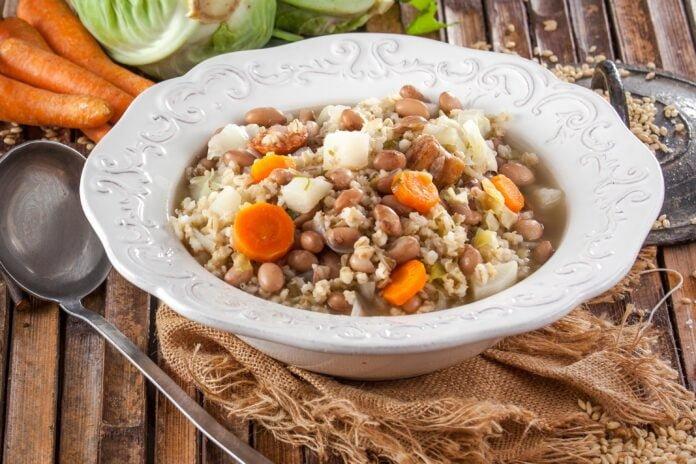 Sopa tradicional de feijão e cevada