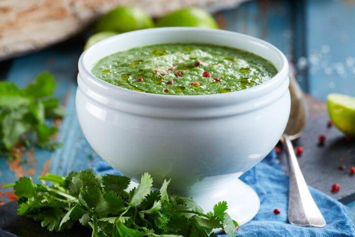 Sopa de pepino e ervas frescas