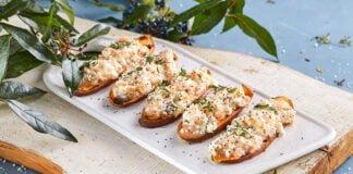 Tostas de batata-doce com queijo fresco e salmão fumado