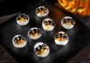 Ovos recheados com atum e maionese com azeitonas em formato de aranhas